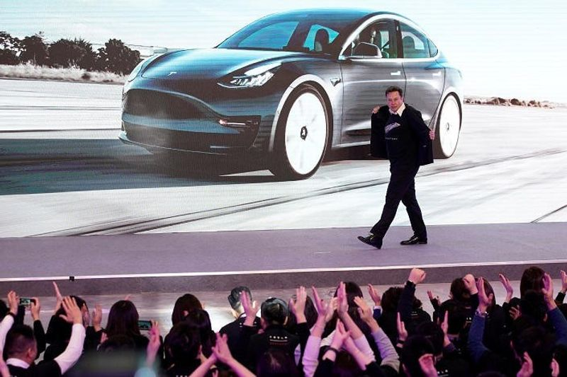 """بالفيديو""..إيلون ماسك يرقص خلال حفل إطلاق تيسلا واي بمصنع الصين"
