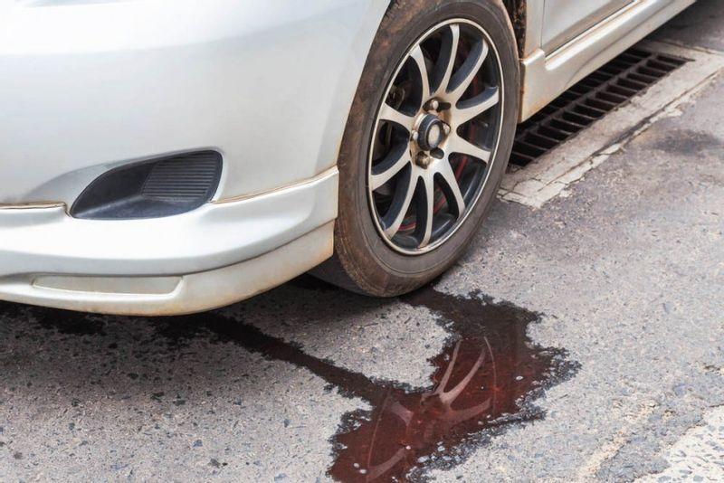 تعرف على أنواع السوائل والزيوت المتسربة من السيارة من لونها ومدى خطورتها!