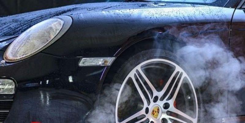 هل رش المكابح بالماء لتبريدها يجلب الضرر على السيارة؟