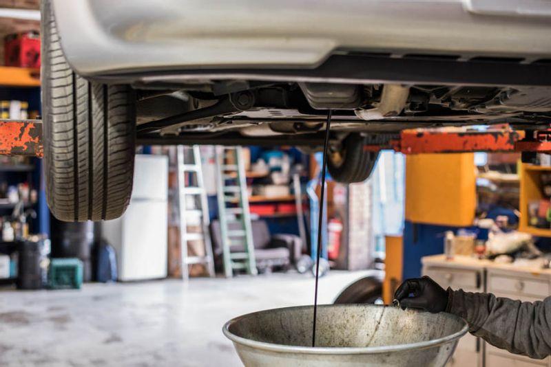 هل اللون الأسود للزيت بعد 5000 كلم دليل على وجود مشكلة بمحرك السيارة؟