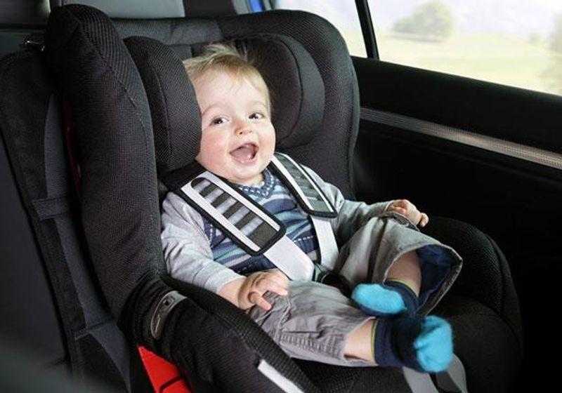 المرور يحذر: عدم استخدام مقاعد الأمان المخصصة للأطفال مخالفة..وإليك غرامتها
