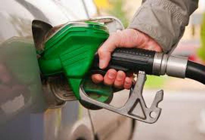 لماذا تختلف أماكن وجود باب خزان الوقود بين السيارات؟