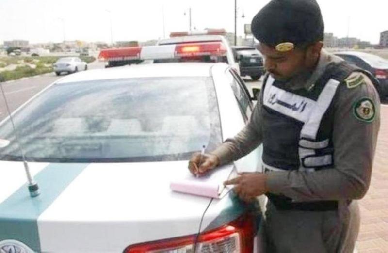 المرور يحذر: رمي مخلفات من السيارات يعد مخالفة ..وإليك عقوبتها