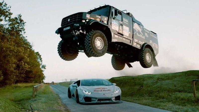 """""""بالفيديو"""" قفزة هائلة لشاحنة كاماز فوق لامبورجيني هوراكان في سباق شرس بينهم إلى جودوود"""