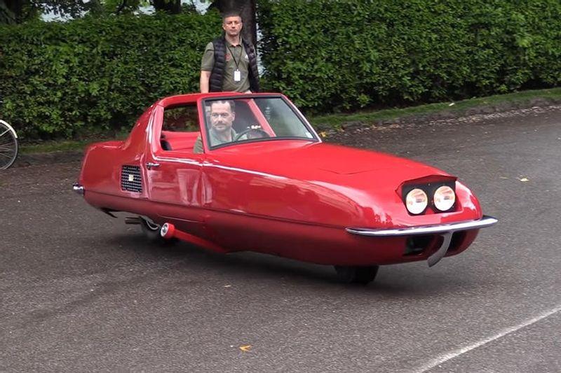 """سيارة تاريخية بعجلتين بقيمة 21 مليون ريال تخرج من المتحف وتتجول في أوروبا """"فيديو"""""""