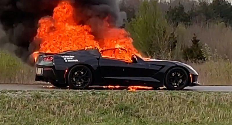 مالك كورفيت يصور سيارته ستينجراي Z51 أثناء احتراقها بالكامل