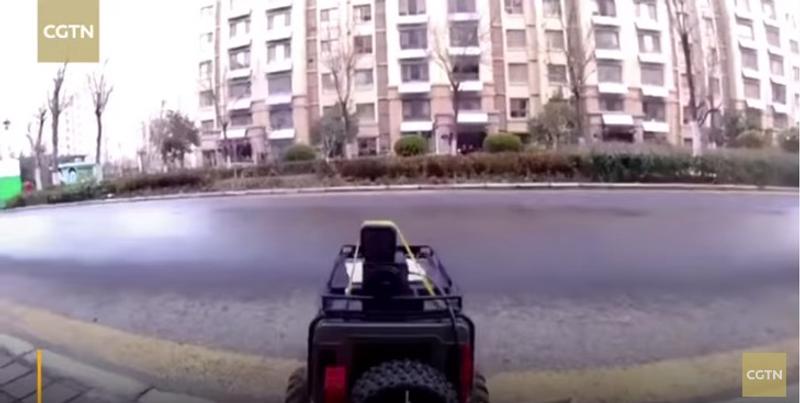 """""""بالفيديو"""" صينية تلجأ لحيلة ذكية للحصول على الطعام بدون الخوف من كورونا!"""