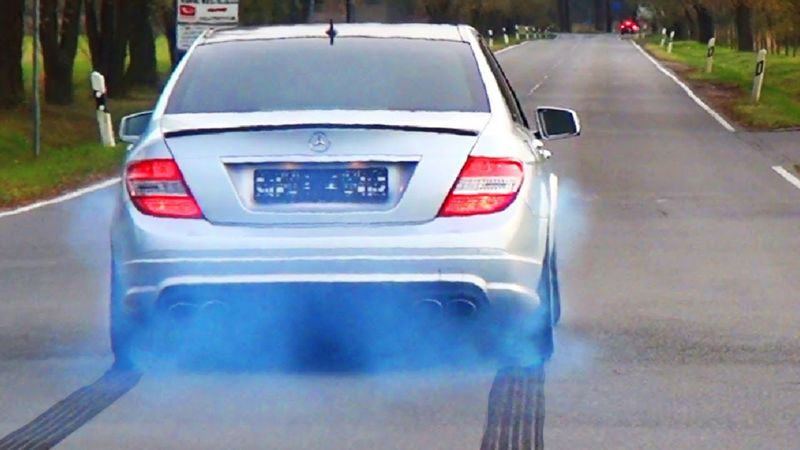 تعرف على الأعطال التي تصيب محرك سيارتك من لون دخان العادم