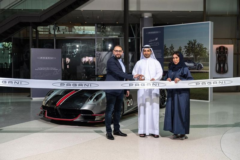 """""""باغاني"""" تفتتح مكتباً لها في دبي، وتكشف عن سيارة هويرا رودستر بي سي الجديدة للمرّة الأولى في المنطقة"""