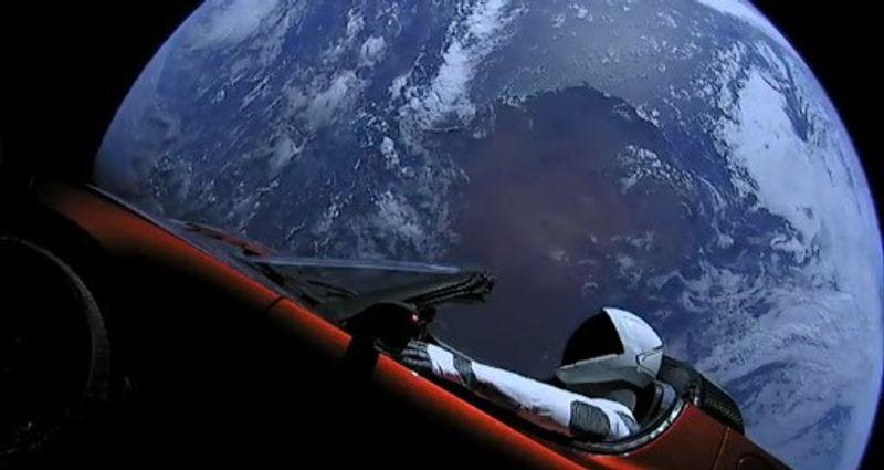 تيسلا رودستر الفضائية تقترب من كوكب المريخ