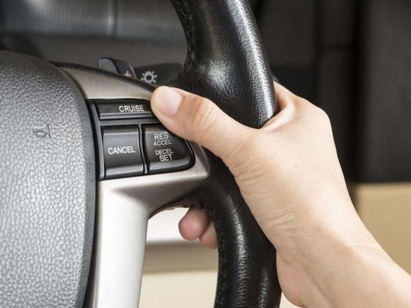 4 طرق تمكنك من السيطرة على سيارتك إذا تعطل مثبت السرعة تنقذ حياتك